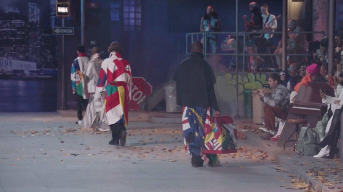 02a085fb02 @LilianPacce 2 mês. muitas bandeiras na colecao louis vuitton ao vivo  desfile live louisvuitton aovivo