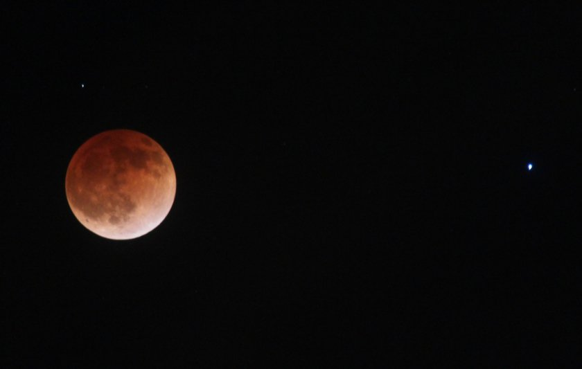 Eyes to the sky! Who's excited for the total lunar eclipse this weekend?   Here's everything you need to know for the best experience: https://t.co/3Oi71kjKAB