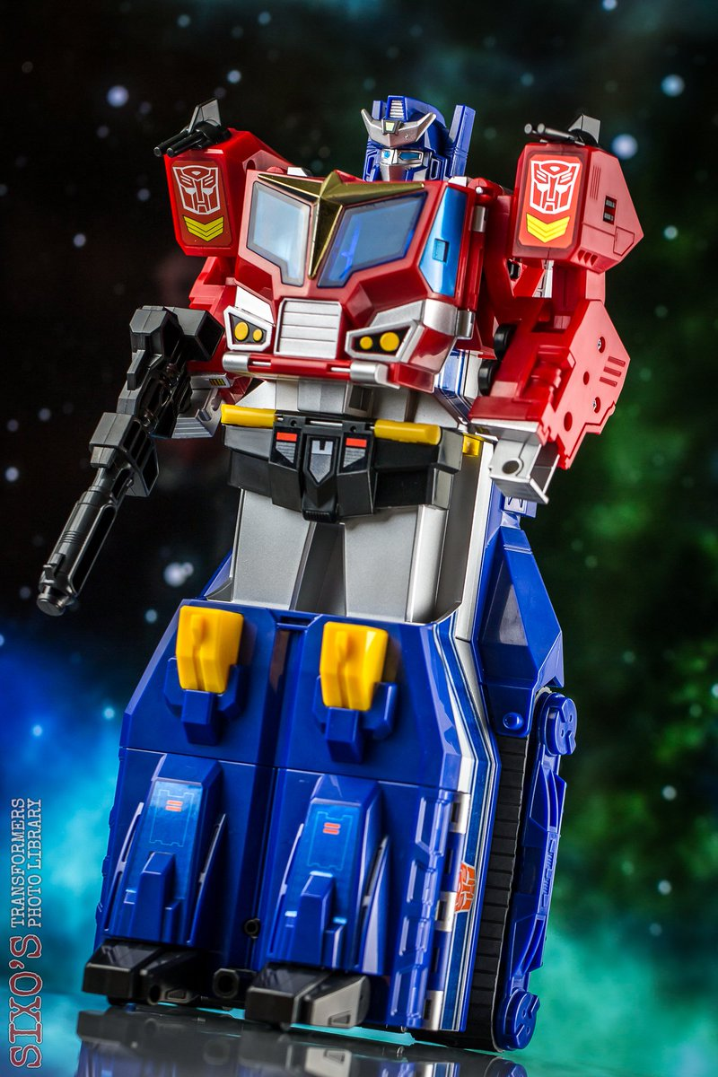 There are nice toys. And then there is Star Convoy. <br>http://pic.twitter.com/2z3voLvgpB
