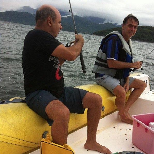 ANOS 80 - Nasce a amizade entre Jair Bolsonaro e Fabrício Queiroz. Em fotos nas redes sociais, é possível ver os amigos em churrascos e pescarias.
