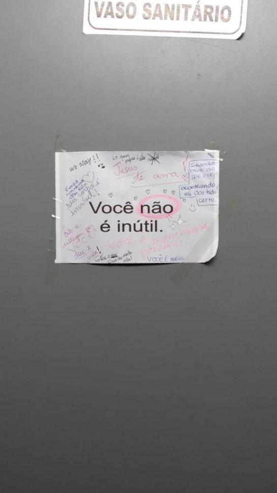 Projeto inspirador cola bilhetes acolhedores em banheiros de universidades. 💙😍 Leia: https://t.co/EyBSBNG3Lu