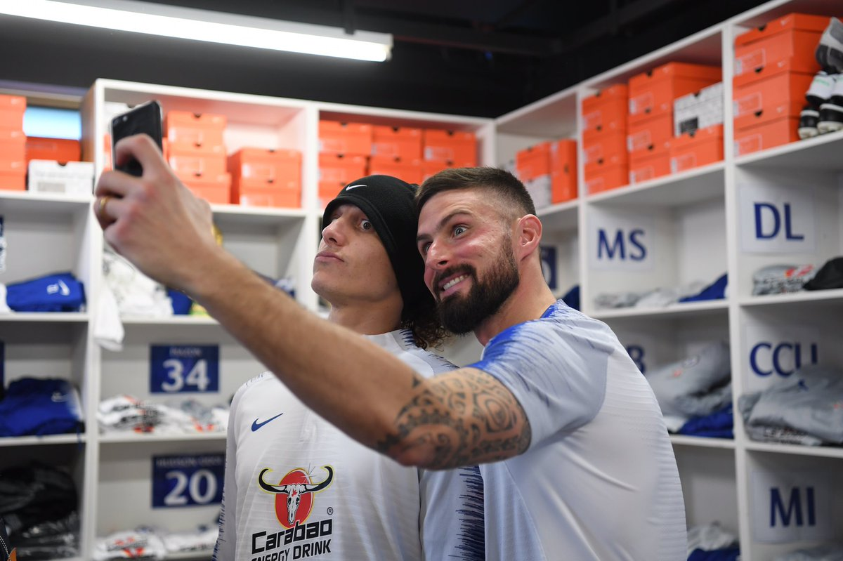 Missed our live show with @DavidLuiz_4 and @_OlivierGiroud_? 😔  You can now watch the best bits on demand in our app! 👌  📲 http://che.lc/LuizGiroud