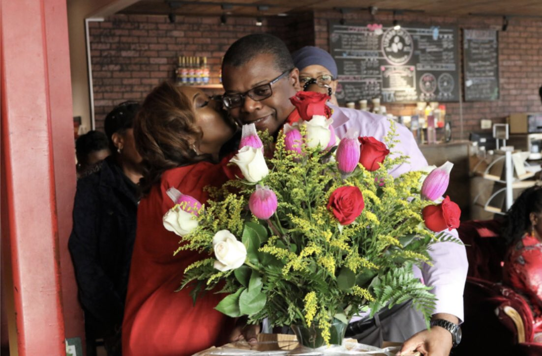 I absolutely love flowers  ; tulips  and roses  to be exact. I received this beautiful arrangement at my book signing event a few years ago. What's your favorite flower? Leave me a comment  #BeYourOwnBoss  #tbt #LapTopLifestyle #EntrepreneurLife #nationsbedsidedoctor<br>http://pic.twitter.com/7AKoiRFGUR