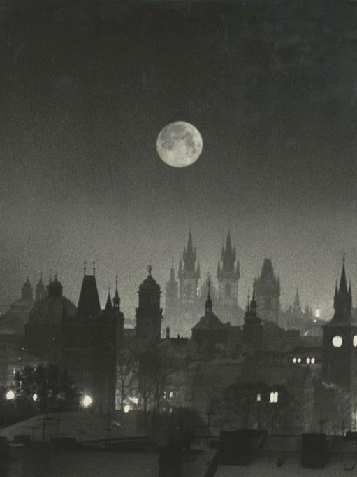 Amazing winter/night photo of #Prague by great Czech photographer Oldřich Karásek