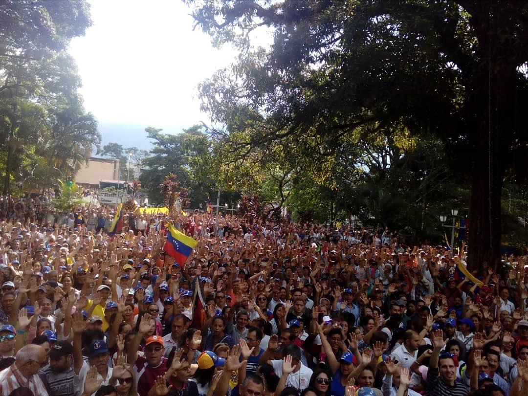Impresionante y pacífica manifestación esta mañana en apoyo a la constitución de #Venezuela. El gobierno legítimo de Venezuela, bajo la constitución, es la @AsambleaVE. Y el presidente legítimo provisional es @jguaido.
