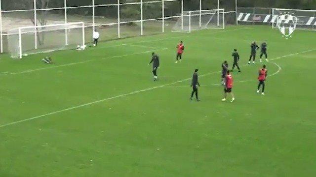⚽️ | Una 💎 de gol en el #EntrenamientoRayado cortesía de Maxi Meza. 3⃣2⃣  #OrgulloDeSerRayado 🇫🇮 https://t.co/EIREbnwaem