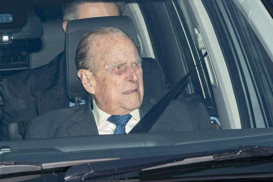 Le prince Philip sort indemne d'un accident de voiture https://t.co/5nR9pNfFEE