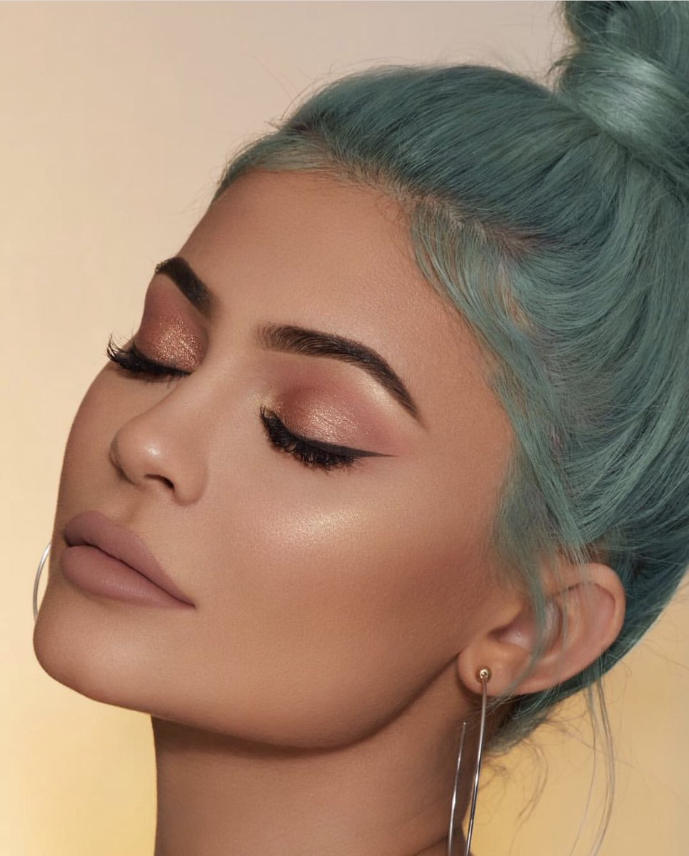 LOVEY DOVEY Matte lipstick, Tequila Tan Bronzer, Kitten Baby Blush + Dreamin of Diamonds #Kylighter on boss lady @KylieJenner  Are you ready?! Friday at 3pm PST!<br>http://pic.twitter.com/n8wfGnBVIH