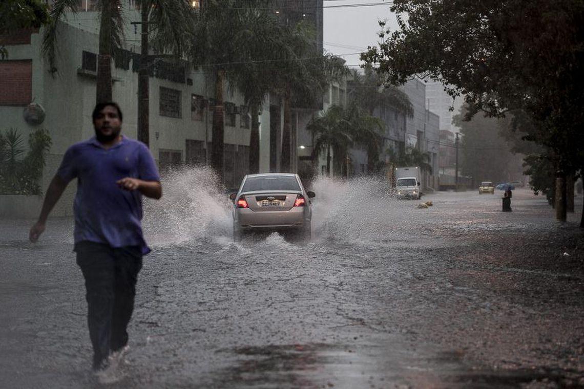 Chuva forte põe São Paulo em estado de atenção para alagamentos https://t.co/TiTxi4DkoI  📷 Marcelo Camargo/ Arquivo/ Agência Brasil