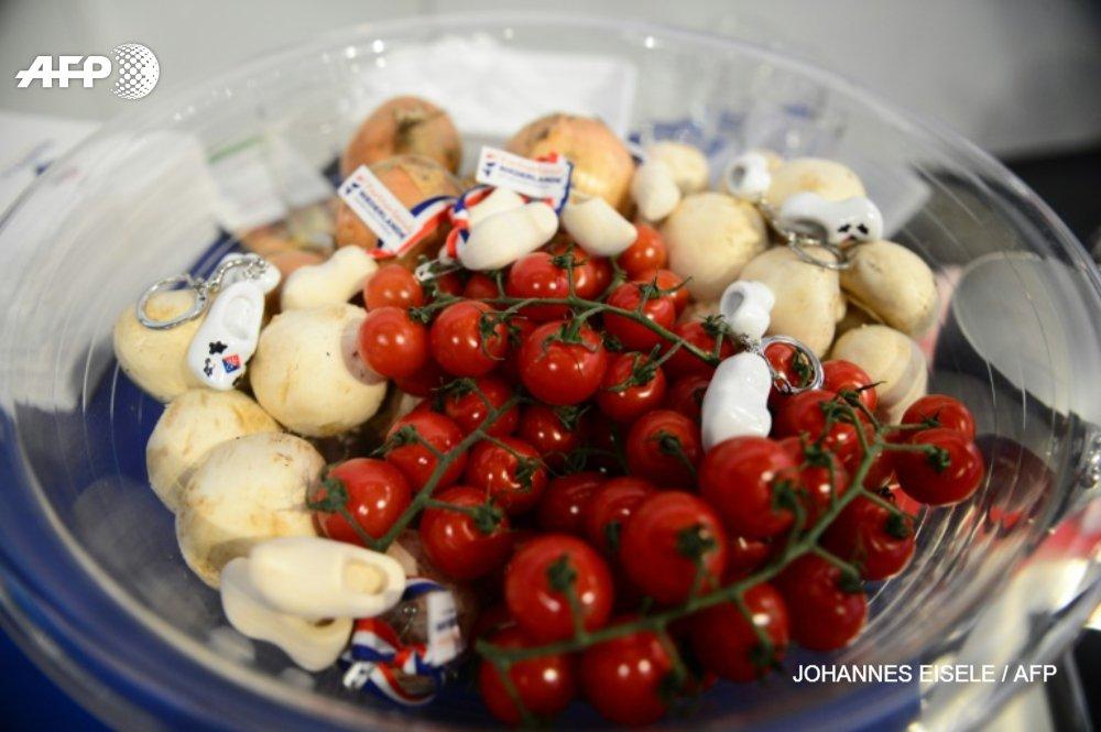 Comment nourrir 10 milliards d'humains en préservant la planète? En divisant par 2 la consommation de viande rouge et sucre et en doublant celle des fruits, légumes et noix plaident des spécialistes https://t.co/GQ5pRyTDIj @polriKr #AFP