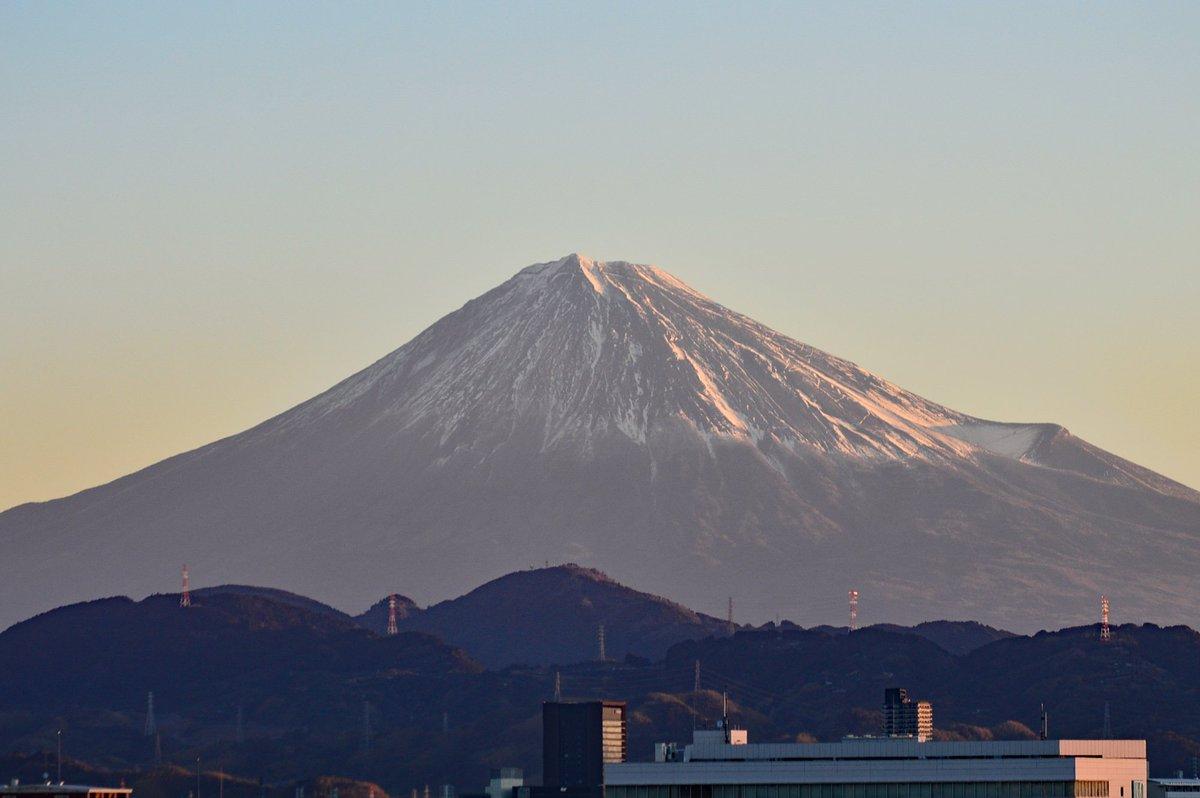 【きょうの富士山】 おはようございます、#静岡新聞 です。きょうは一段とくっきりした朝の #富士山 をお届けします。1月18日午前7時5分ごろ、静岡市駿河区の本社から撮影。(と)