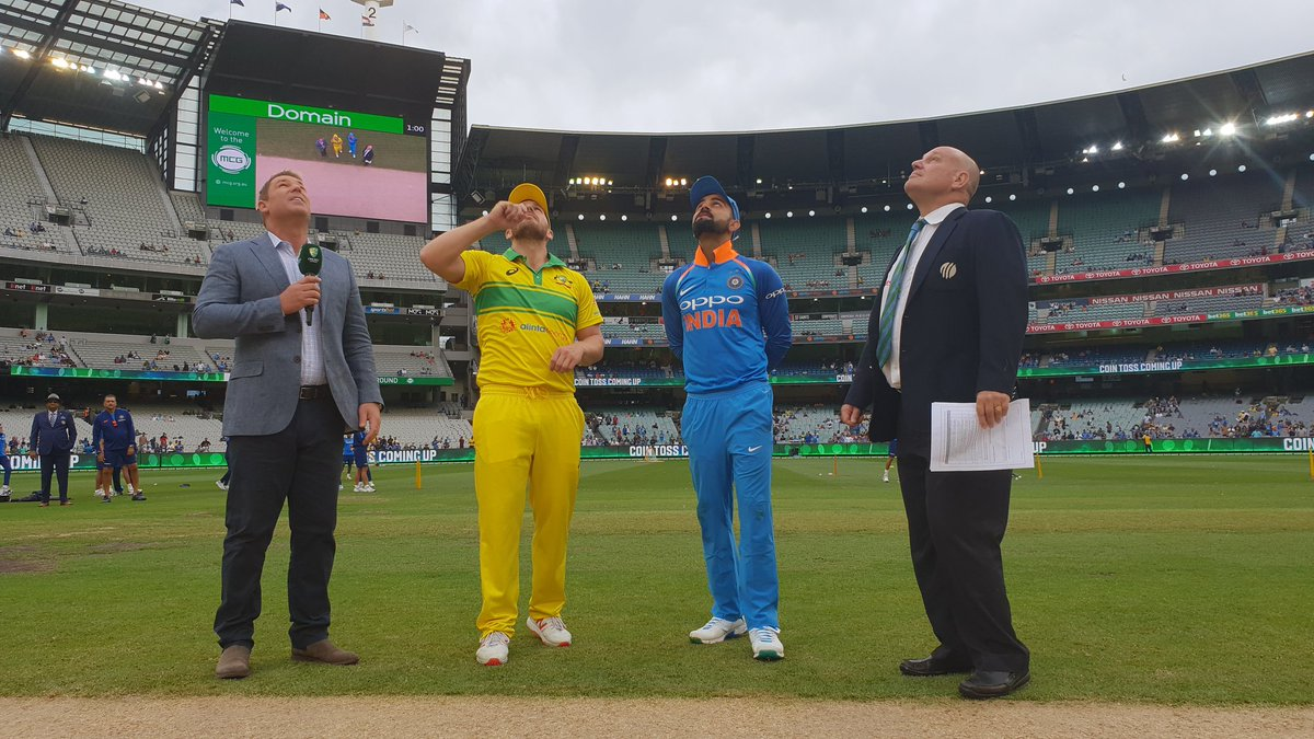 Captain @imVkohli wins the toss and elects to bowl first at the &#39;G  #AUSvIND<br>http://pic.twitter.com/JSPYYCVfNN