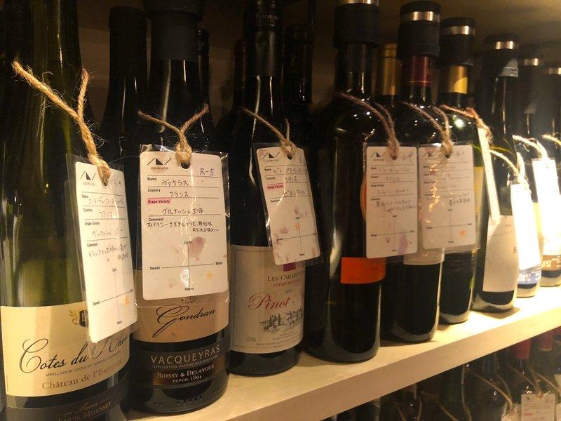 ワイン好きは3000円握り締めて赤坂に集合!  ・「nomuno」は100種類のワインが3,000円で飲み放題 ・しかも店内は持ち込み自由!  店内にはソムリエいて、好みや前に飲んで美味しかった銘柄を伝えると、おすすめを教えてくれます。