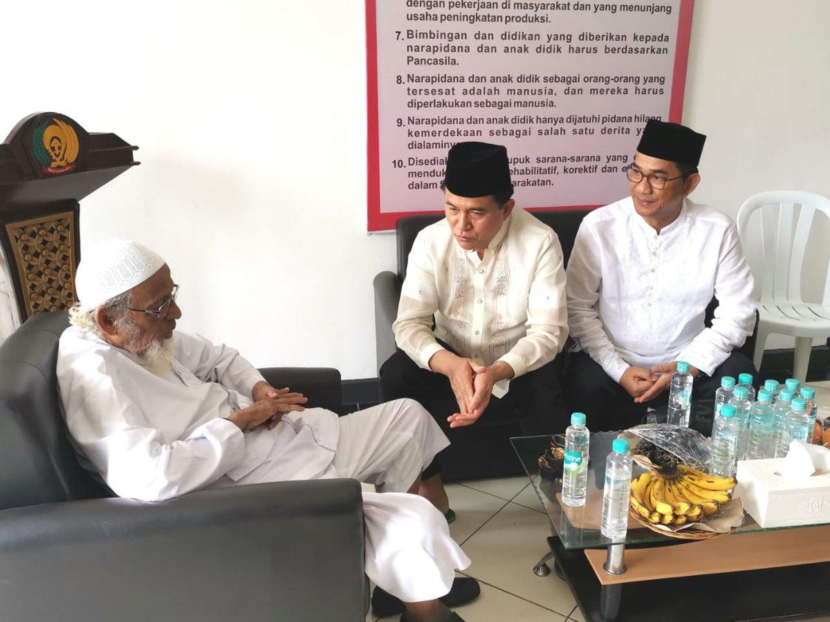 Abu Bakar Baasyir tampak berbincang dengan Yusril Ihza Mahendra di Lapas Gunung Sindur