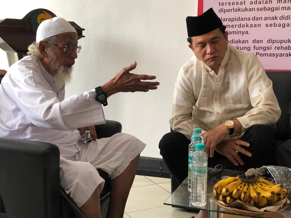 Abu Bakar Baasyir saat berbincang dengan Yusril Ihza Mahendra