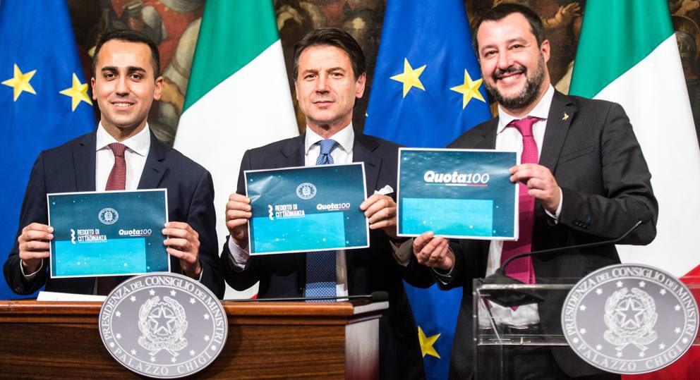 Mostrano i cartelli. @GiuseppeConteIT : reddito di cittadinanza e Quota 100 @luigidimaio : reddito di cittadinanza e Quota 100. @matteosalvinimi : Quota 100.  Allora è vero. Un po' si vergogna