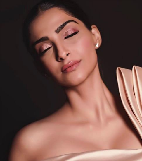 How to slay the red carpet??? Shimmery lids? *Check* Defined Brows? *Check* Barely there lips? *Check* #AboutALook #SonamKapoor