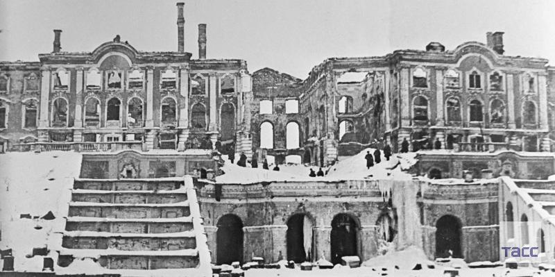 Петергоф стал одной из главных жертв фашизма: гитлеровцы превратили роскошные дворцы в развалины и пепел, а драгоценные экспонаты похитили.  О том, как возрождали Петергоф, — в нашем материале: https://t.co/7BQniz3aPi