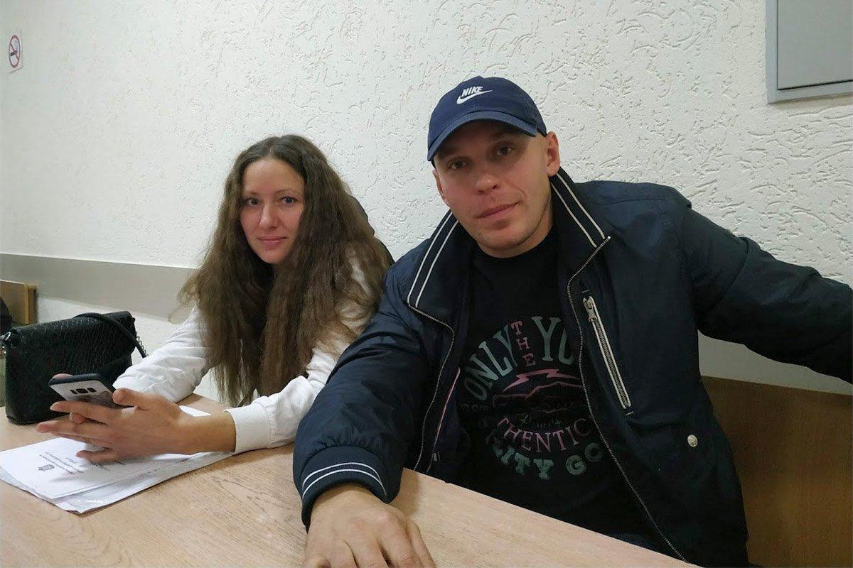 В Пскове идет заседание по мере пресечения для мужа координатора «Открытой России» Лии Милушкиной Артема. Его обвиняют в сбыте наркотиков в крупном размере. Милушкин, организатор митинга против произвола силовиков, рассказывал, что еще в ноябре ему пообещали подбросить наркотики