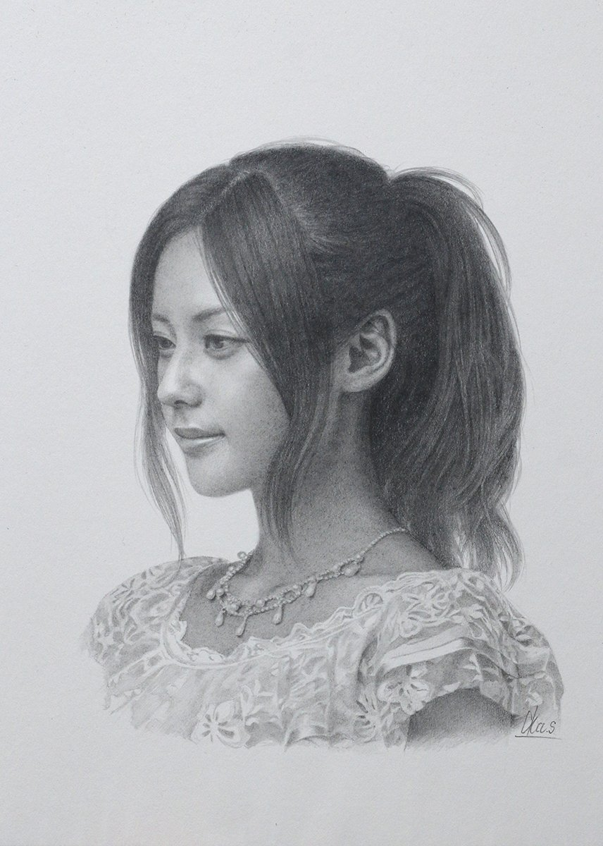 RT @yasutomooka: 「ドローイング作品#7」 使っていた紙が廃盤になって悲しい、、💧 メーカーさんいわくムラになりやすくクレームが絶えない紙だったらしいが、この荒馬を御すると、駿馬になる感じが好きだった、、。 #鉛筆画 https://t.co/UmPgaCH89I