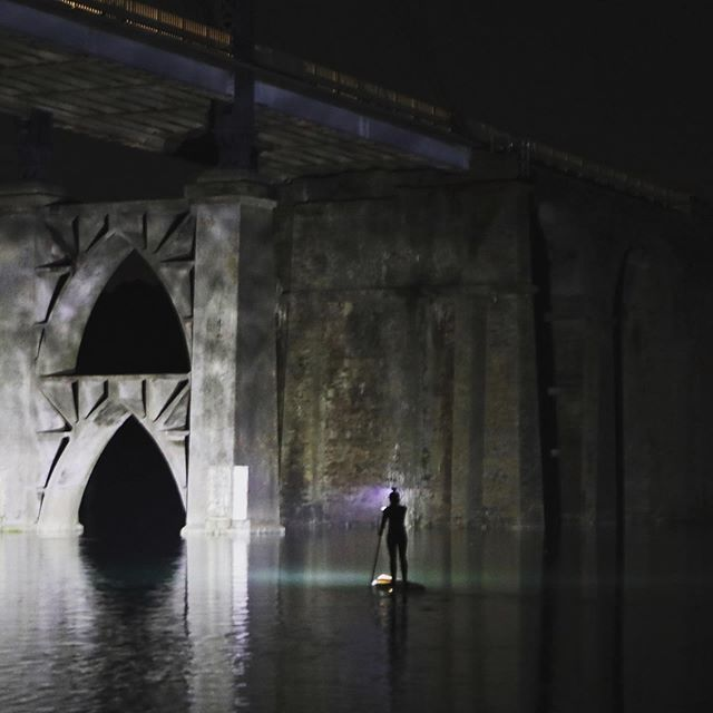 Discover news shades .... . . . . . . #nightsurf #sup #standuppaddle #nightphotography #afterwork #nature #concrete #bridge #light #torch #surfdaily #paddle #kayak #nature #night #nightride #oklm #bzh #bretagne #wintertime #river http://bit.ly/2ATKoav