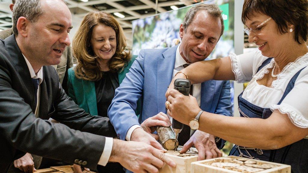 Hoher Besuch aus Bayern: Der stellvertretende Ministerpräsident @HubertAiwanger (li.) baut zusammen mit Umweltminister Thorsten Glauber und Ulrike Müller MdEP (re.) ein #Insekten-Hotel auf dem BayWa Stand der #IGW @STMUV_Bayern @UliMuellerMdEP
