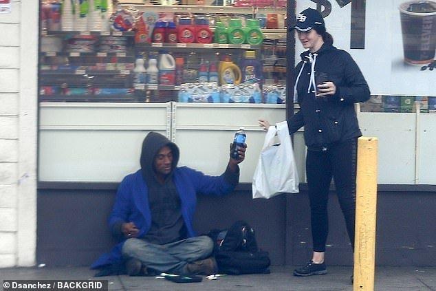 ANJO! Lana Del Rey compra refrigerante para morador de rua em West Hollywood