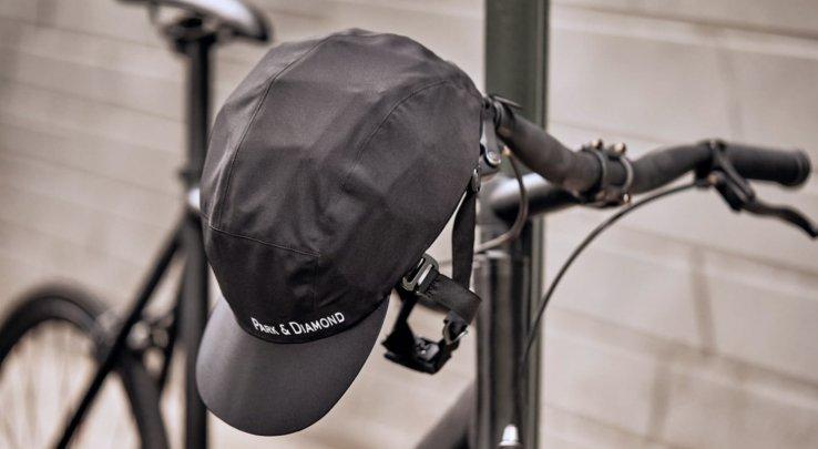 « Un casque de vélo pliable à l'allure d'une casquette » 🚲 https://lesclesdedemain.lemonde.fr/technologie/un-casque-de-velo-pliable-a-l-allure-d-une-casquette_a-88-6888.html… Une idée à développer pour encourager le port du casque chez les #cyclistes ? 🧐 Pour rappel, chez les moins de 12 ans, il est obligatoire 😉  #velo #velotaf