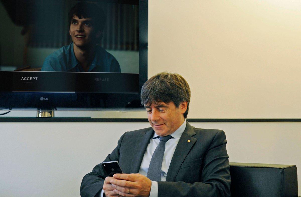 """Puigdemont lleva dos semanas viendo """"Bandersnatch"""" ininterrumpidamente, intentando guiar a Stefan hacia la independencia de Cataluña https://t.co/OT1TI5W0Yw"""
