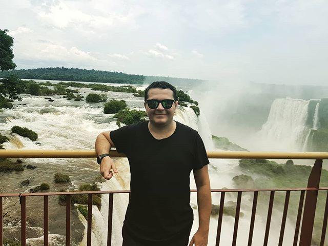 É tanta queda d'água que você até se perde e nenhuma foto consegue traduzir a impressão que você tem ao olhar ao vivo.  #fozdoiguaçu #parana #cataratas #brasil #argentina #paraguai #3fronteiras🇦🇷🇵🇾🇧🇷 http://bit.ly/2TZFWhO