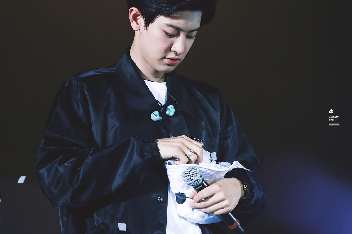RT @Calcifer_Yeol: 150817 The EXO'luXion in HK #CHANYEOL #찬열 🎊🌸🌸 https://t.co/aT6lRjH0UI