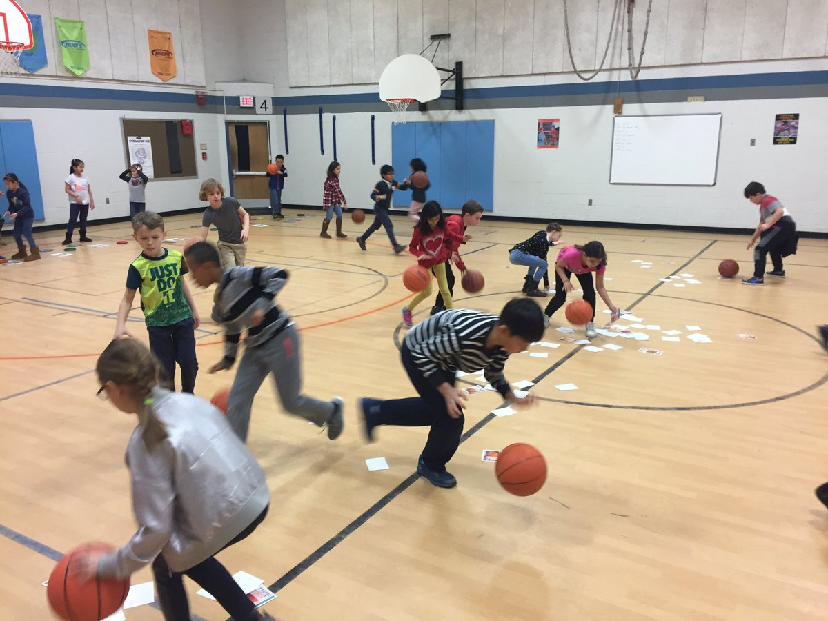 Students work on their dribbling as they make healthy food group choices! <br>http://pic.twitter.com/QfBpy9JcRa