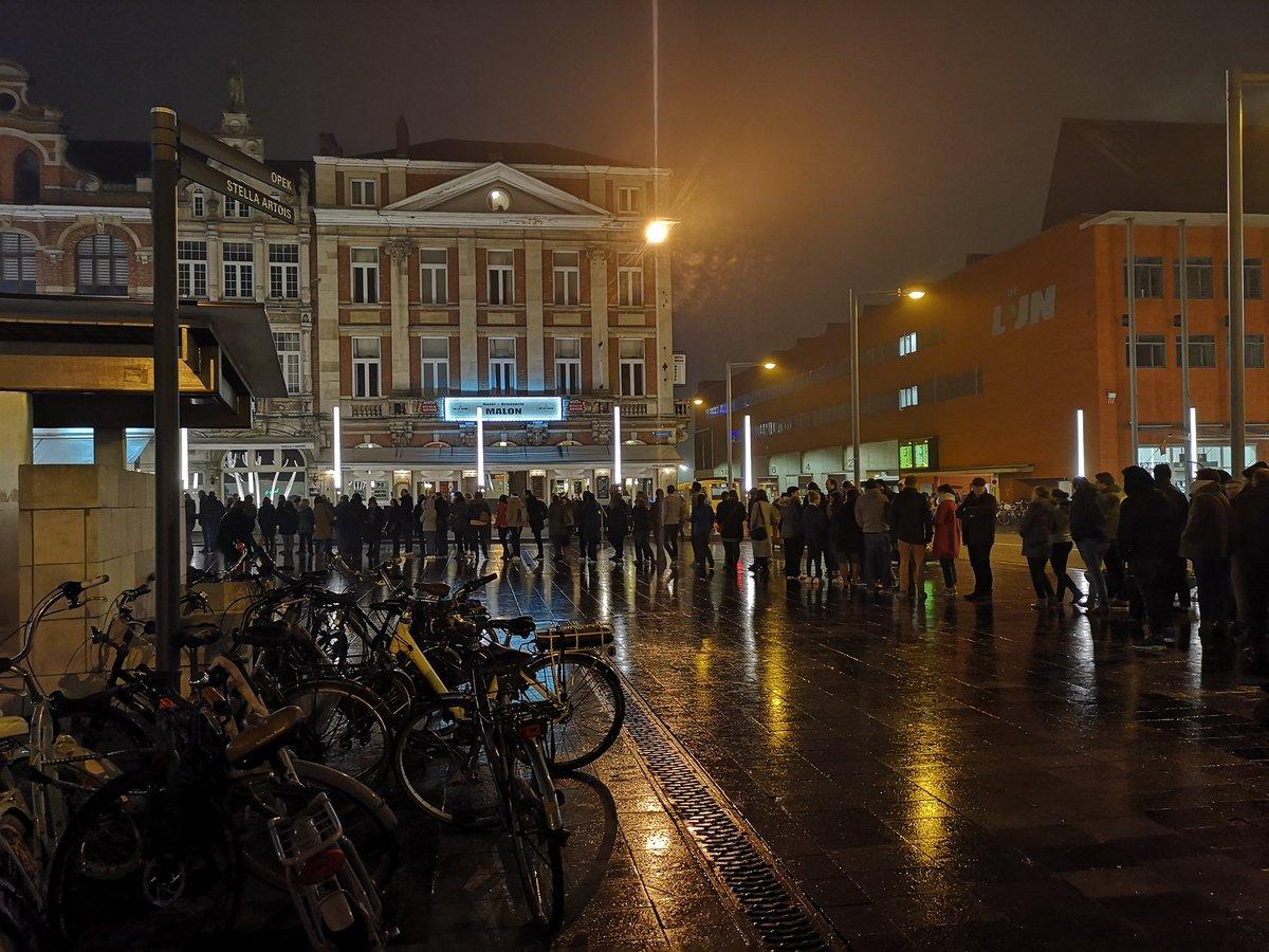 Gelukkig maar een beetje aanschuiven voor Adriaan Van Den Hoof! #hetdepot #Leuven https://t.co/iXV6Jj3pFz