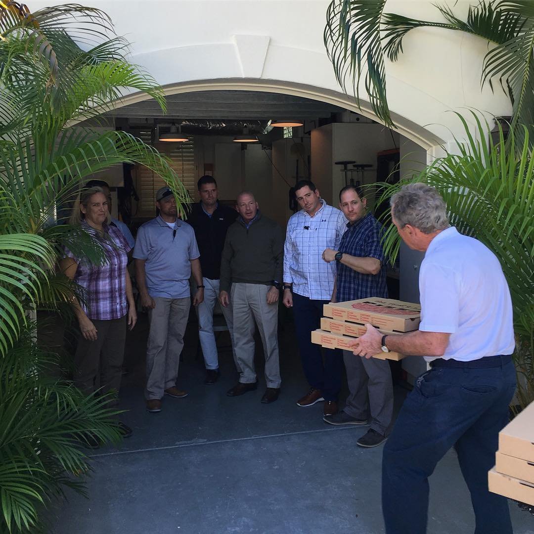 PHOTO: Former President George W. Bush delivers pizza to federal workers affected by government shutdown:  'It's time for leaders on both sides to put politics aside, come together, and end this shutdown,' he writes on Instagram. https://t.co/GYlz9rXGuj