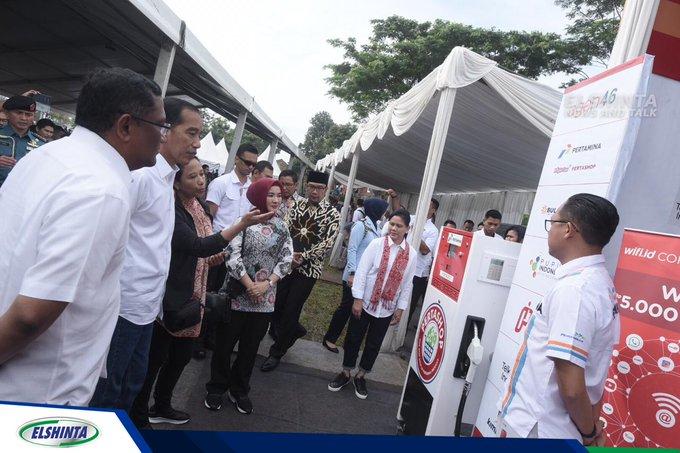 Presiden RI Jokowidodo didampingi Menteri BUMN Rini Soemarno dan Dirut Pertamina Nicke Widyawati meninjau display Pertamina Shop masuk desa di Kabupaten Garut, Jabar, Sabtu (19/1). (Mur) #ElshintaWeekend Photo