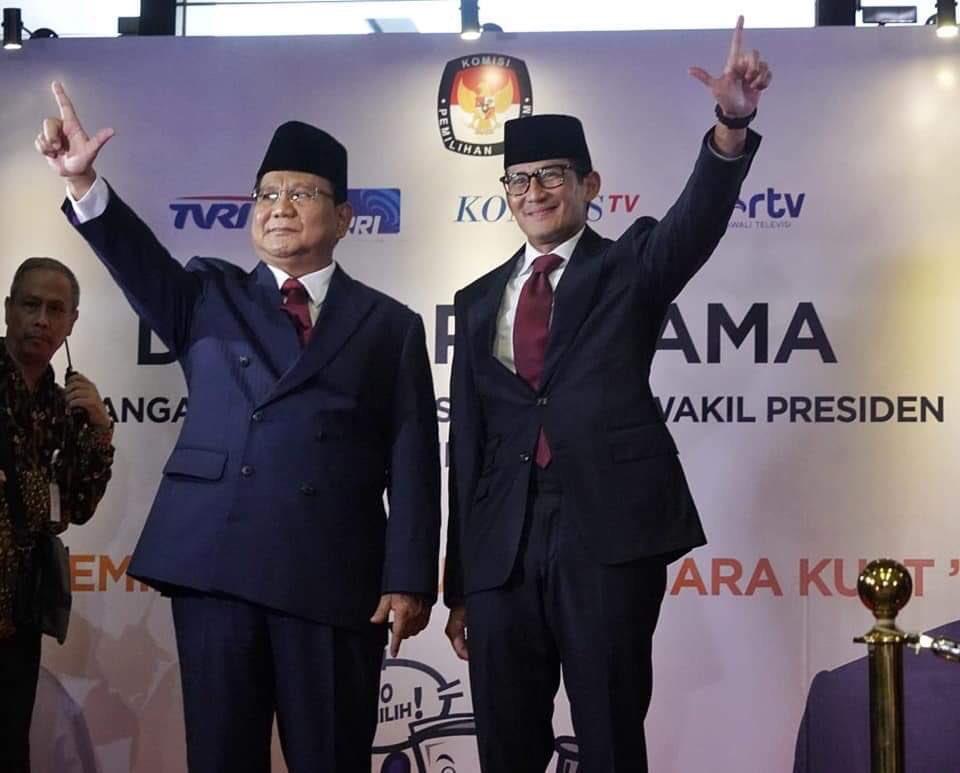 Jokowi-Sandiaga salam dua jari
