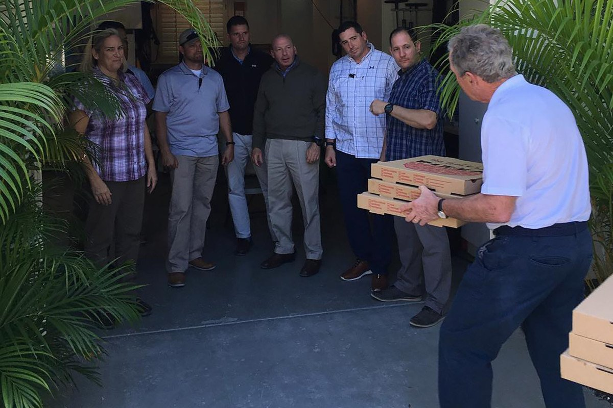 Bush delivers pizza to Secret Service detail, calls for end to shutdown https://t.co/eaUP6MxBqw