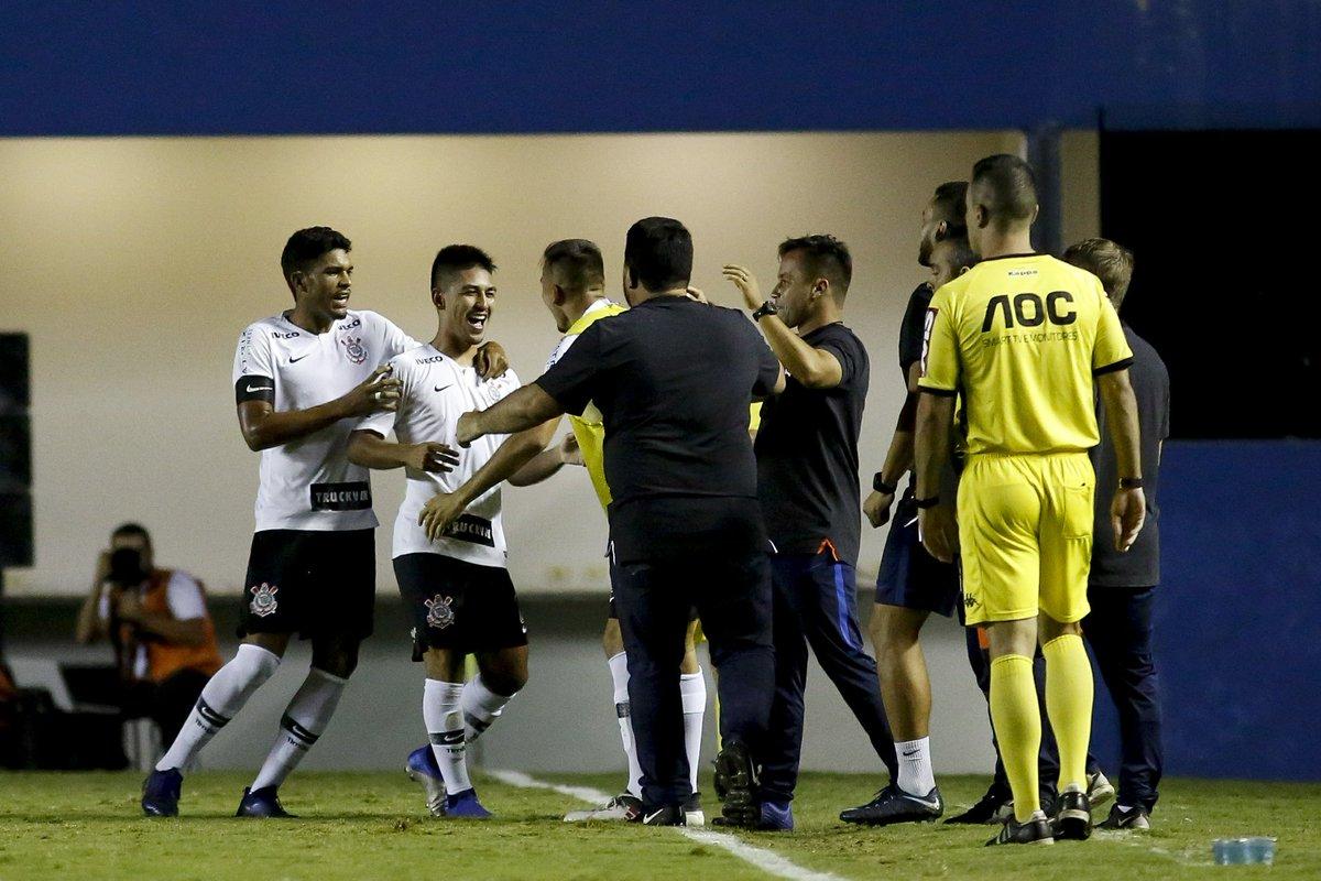 Corinthians vence Grêmio por 2 a 1 e avança para a semifinal da Copinha https://t.co/MbZ38dvKDj
