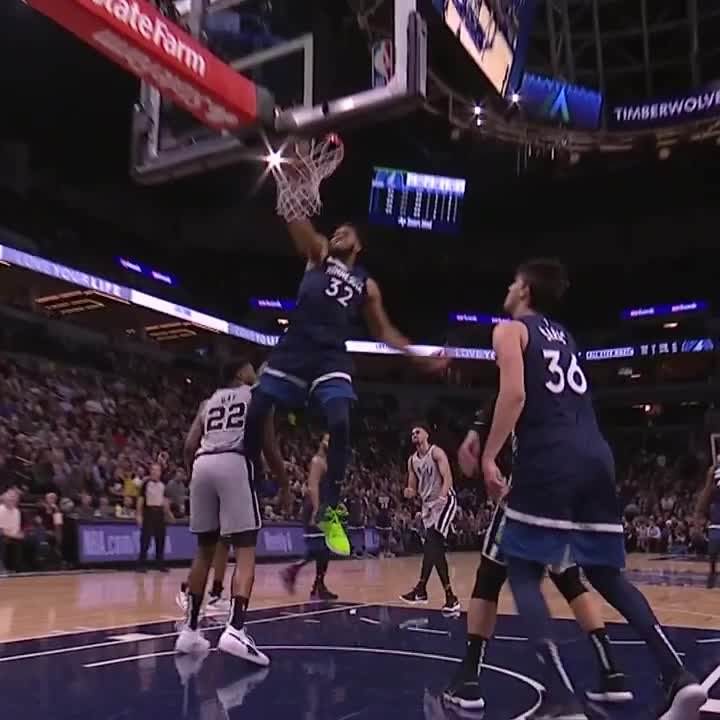 D-Rose finds the cutting KAT! 😤 #AllEyesNorth