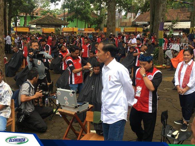Presiden Jokowi Menyaksikan dan Menghadiri Kegiatan Cukur atau Potong Rambut Massal di Situ Bagendit, Garut, Jabar, Sabtu (19/1). (Bai) #ElshintaWeekend Photo