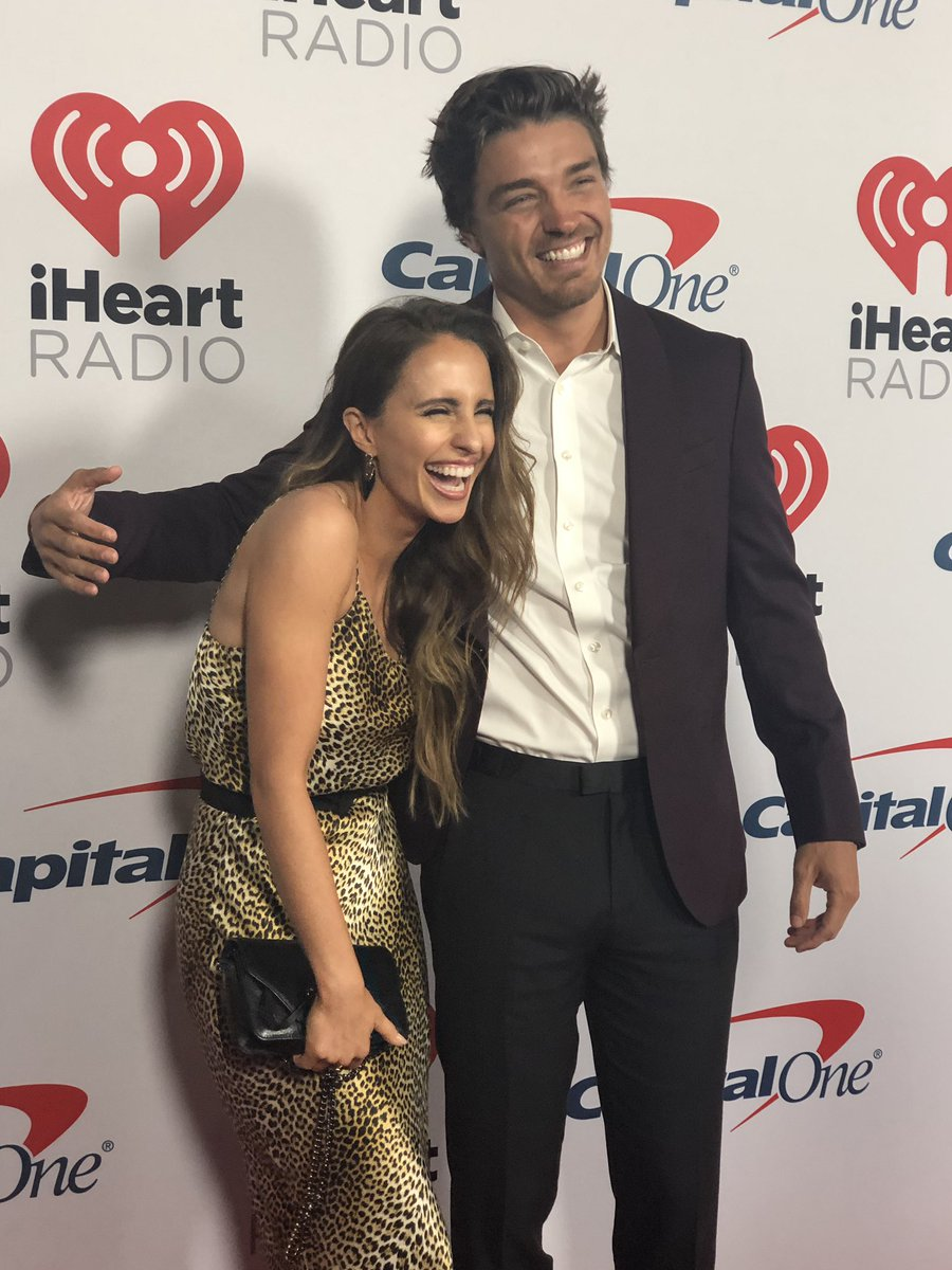 HELP! They suck at dating 😆 @VanessaGrimaldi @deanie_babies #iHeartPodcastAwards
