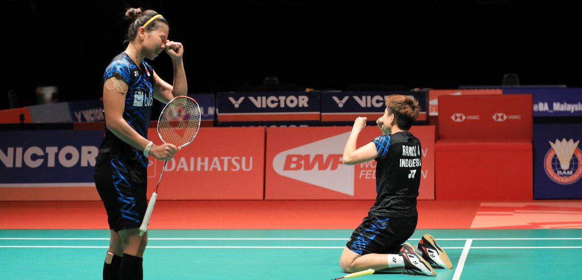Pasangan ganda putri Indonesia, Greysia Polii (kiri) dan Apriyani Rahayu meluapkan kegembiraan usai mengalahkan wakil Jepang, Misaki Matsutomo/Ayaka Takahashi di semifinal Malaysia Masters 2019, Sabtu (19/1/2019).