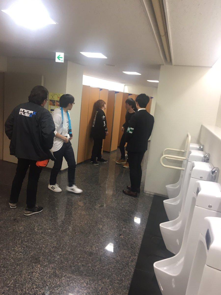 オタクが個室に2人で入って変な声出してるらしくてスタッフが5人くらい男子トイレの個室の前で待機してるんだけど  #アニマ大阪 ht…