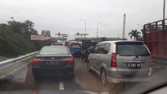 : Simpang Pasar Rebo/Kp Rambutan dari Cibubur arah ke JORR menuju Pdk Indah, lalin padat merayap cenderung berhenti. (Nur Rachman) #ElshintaWeekend Photo