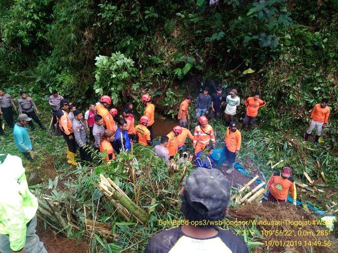 Laporan sementara kejadian tanah longsor di Windusari - Tlogojati indikasi ada 1 koban masih dalam pencarian, oleh tim gabungan Basarnas, Bpbd, Polres, Koramil, Relawan. Kejadian, Sabtu, 19/01 WIB. via @BPBD_Wonosobo #ElshintaWeekend Photo