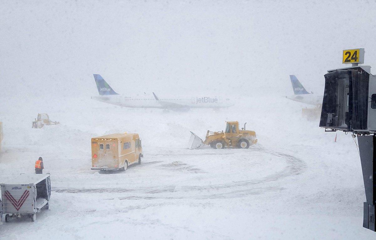How do pilots take off in a snowstorm?: https://trib.al/wvTwmmd