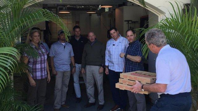 Bush calls for end to shutdown, delivers pizza to Secret Service https://t.co/PfTRg2wott