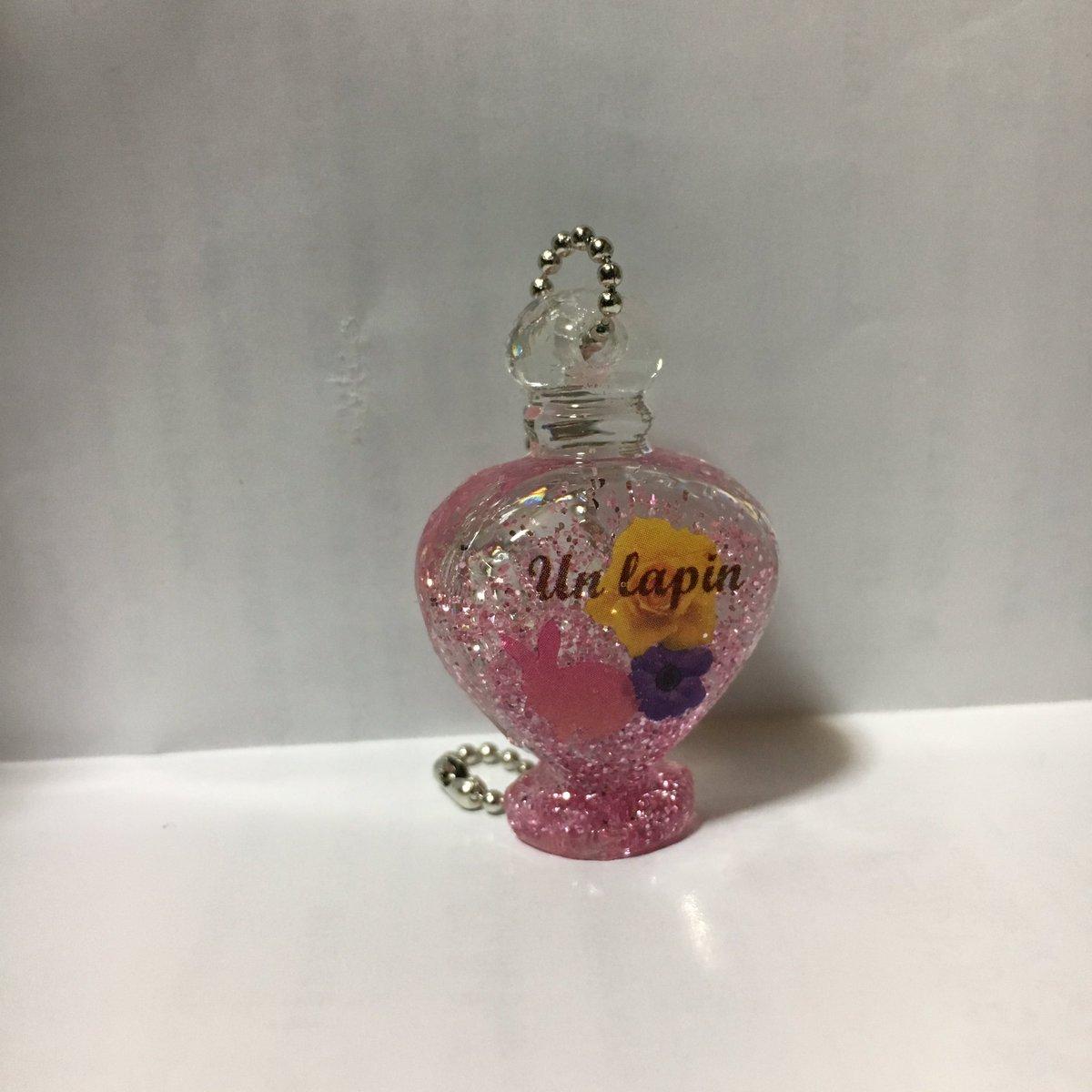 test ツイッターメディア - ダイソーのキットで作った香水瓶チャーム コロンとしてかわいい形になりますね 目立つところに気泡が入ってしまった  ボールチェーンだけ用意すれば、モールドは繰り返し使えるしデザインフィルムもラメも何個分も入ってるからまた作れるのがいいところ #レジン #レジン初心者 #ダイソー https://t.co/sr108xzrtQ
