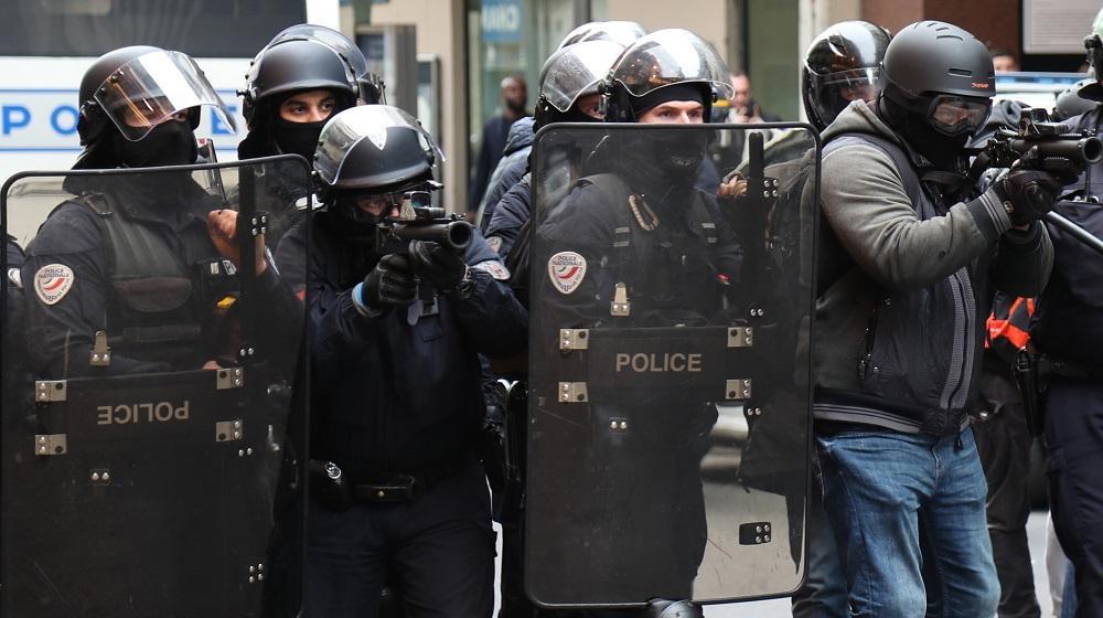 Lanceurs de balles de défense : dans l'Ain, des policiers équipés de 'caméras-piétons' pour filmer les tirs https://t.co/iqCHqEAQ5J