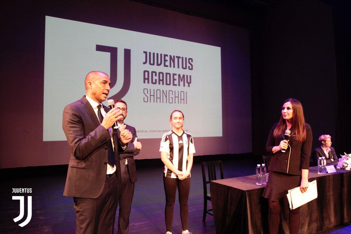 Lanciata ufficialmente la nuova #JuventusAcademy di Shanghai! ⚪️⚫️  E' la quinta Juventus Academy in Cina! 🇨🇳  @Trezegoldavid 🤝🎉